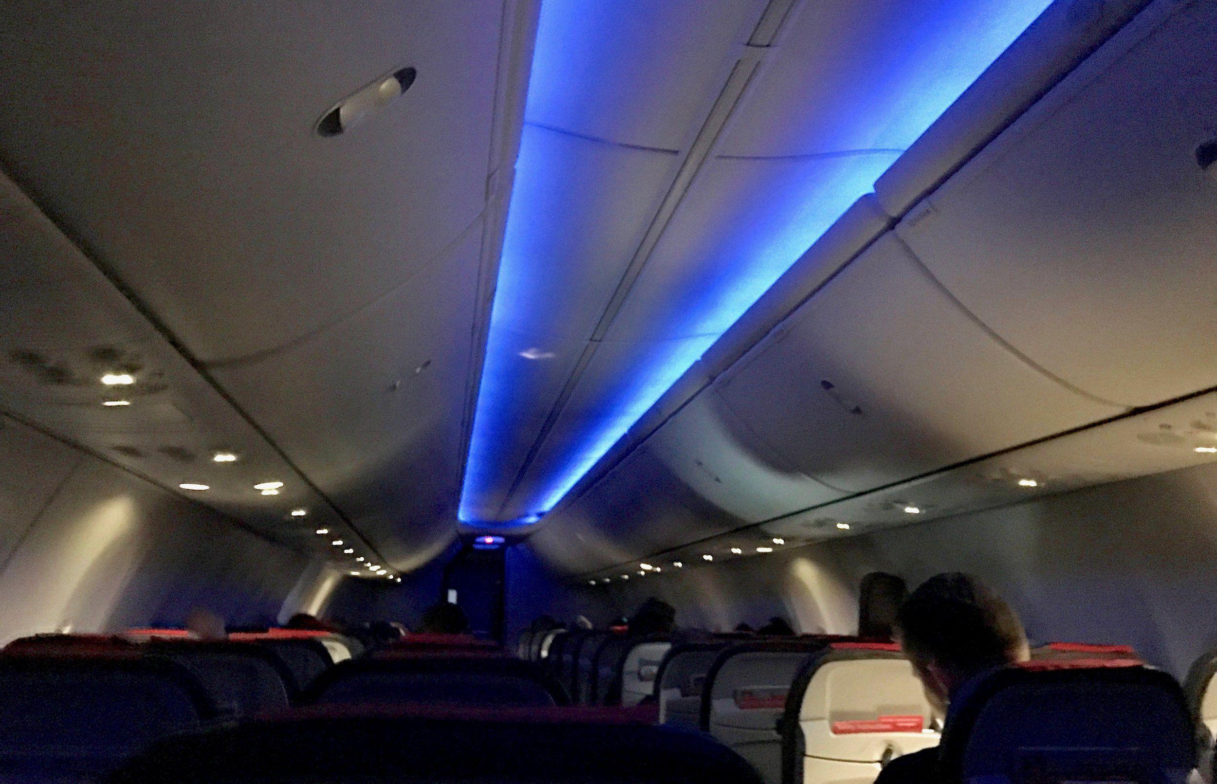 Derfor skrur de av kabinlyset n?r flyet landet Derfor dempes lyset i flyet f?r landing