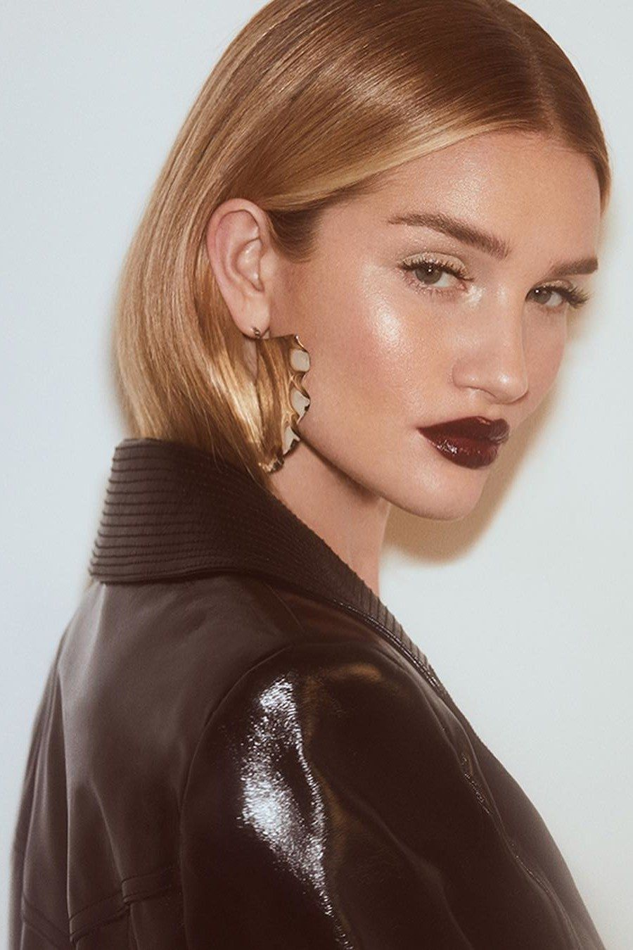 "Photo of ""Hair Tuck"" – die ideale Frisur für jede Witterung à la Rosie Huntington-Whiteley"