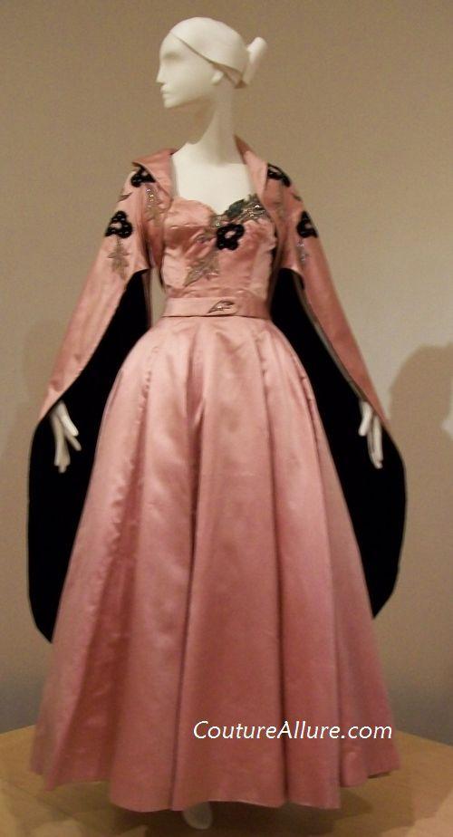 Vestido de noche y abrigo  de Sorelle Fontana, usado por Ava Gardner en La condesa descalza , 1954 .