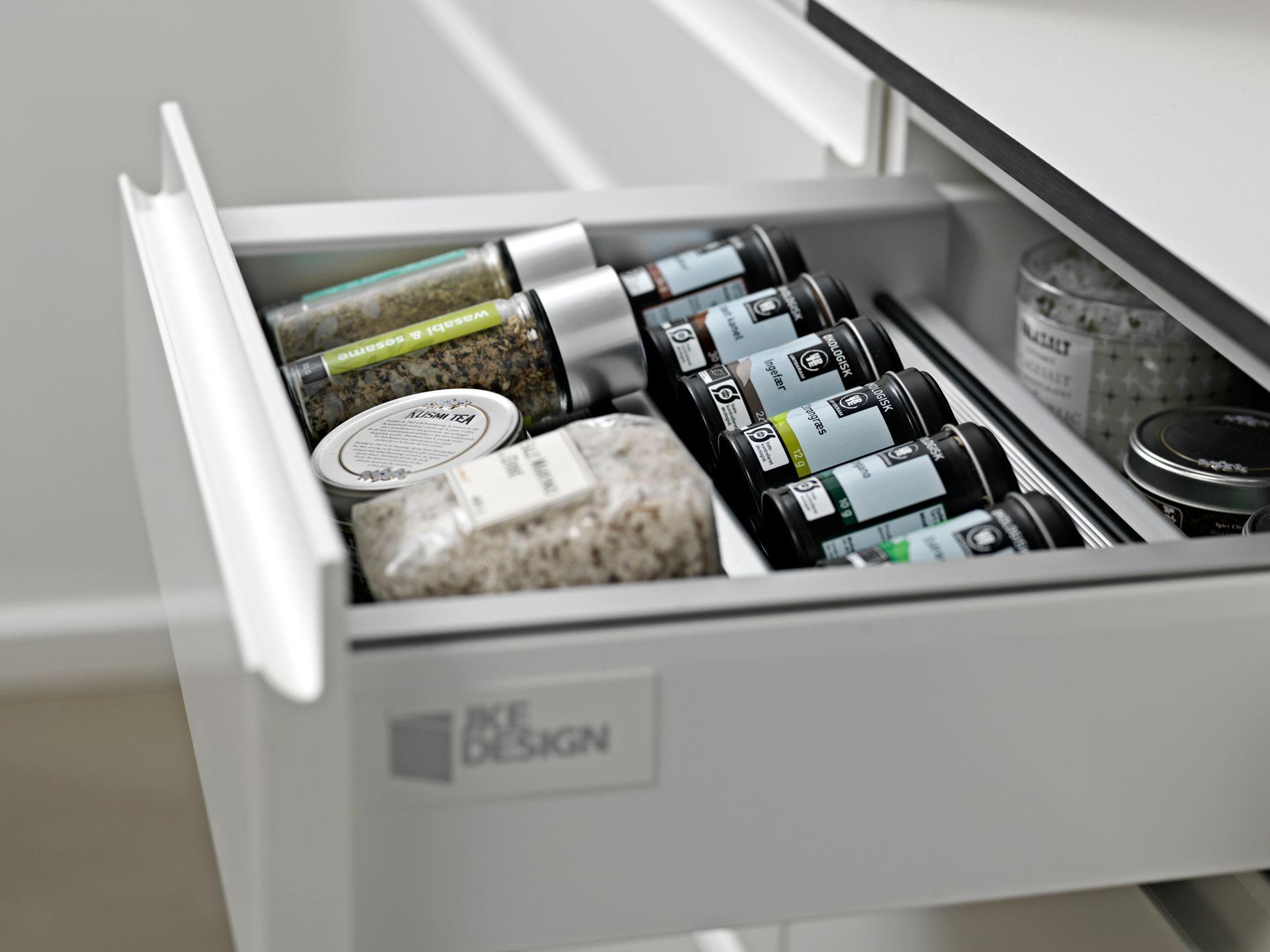 Brug indsatsen til krydderier eller brug den sammen med opladerdocken og læg dine mobiltelefoner i indsatsen, mens de bliver opladet i skuffen. Så undgår du virvaret af ledninger og opladere på køkkenbordet.