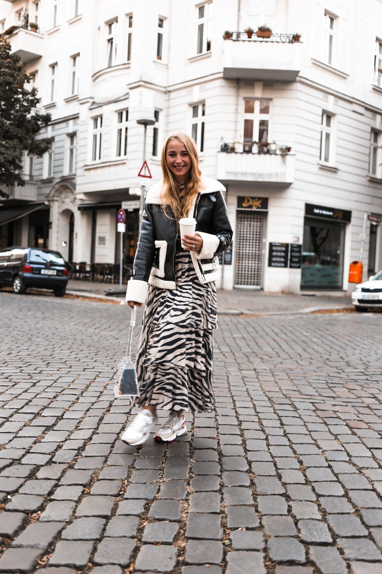 Herbst Outfit: Auffälliges Zebrakleid und schwarze Biker Jacke