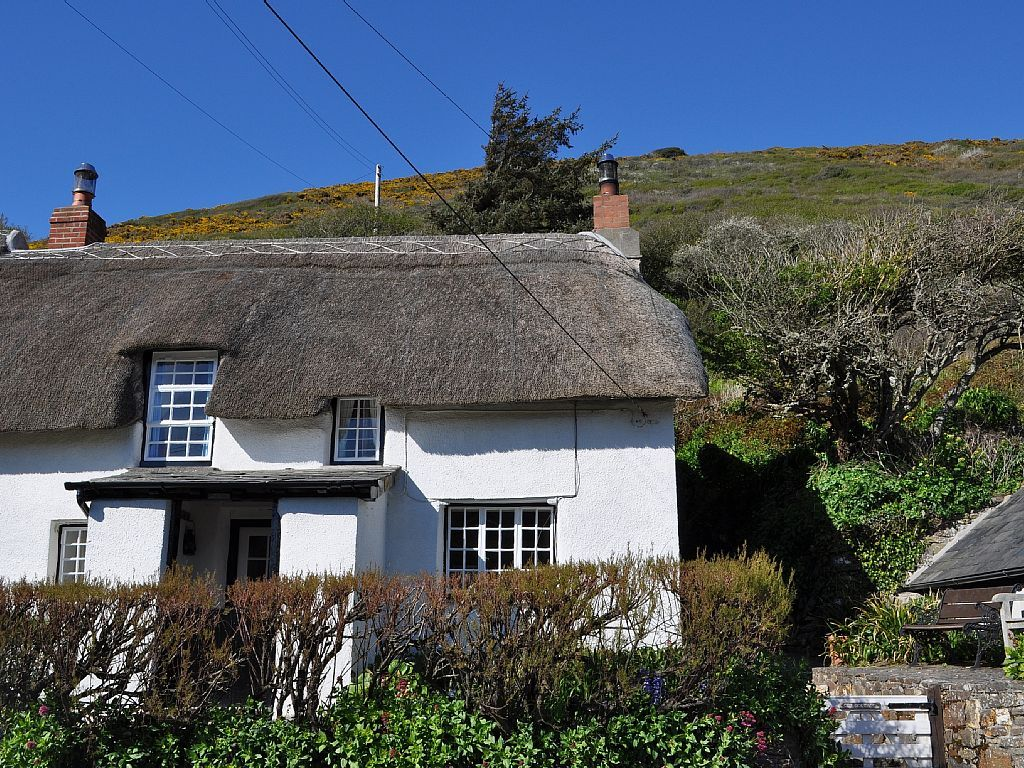 Beautiful Thatched Cottage By The Sea Sleeping Up To 6 Holiday Cottage For Rent From 81 Pn With The Added Security Of Our Fraud Pr Holiday Cottages In Cornwall Old Cottage Cornwall Cottages