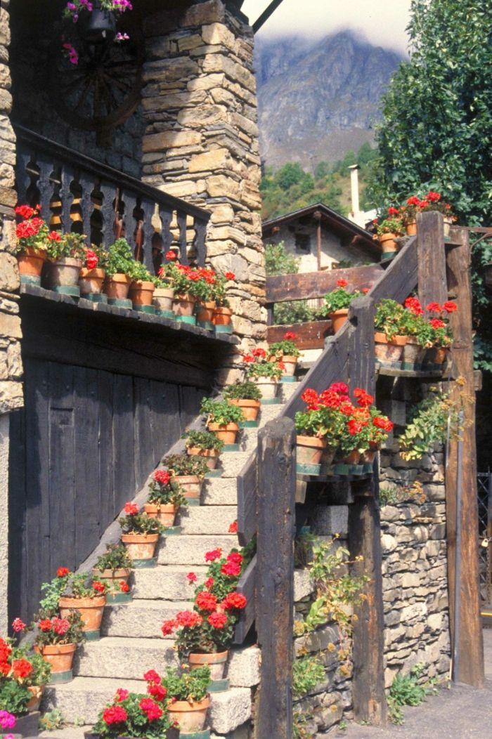gartengestaltung ideen treppendeko italienischer stil geranien blumentöpfe