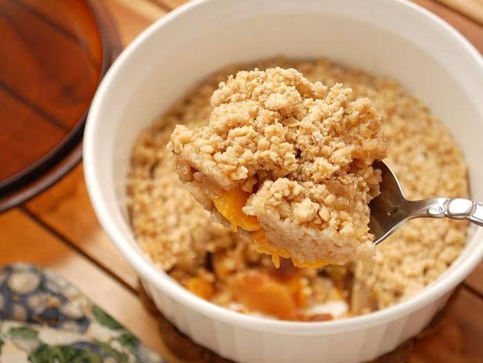 ¿Quieres preparar un postre delicioso y fácil? Te presentamos el crumble de melocotón! #Crumble_de_melocotón #recetas #dulces #postre #melocotón #crumble #horno #fácil