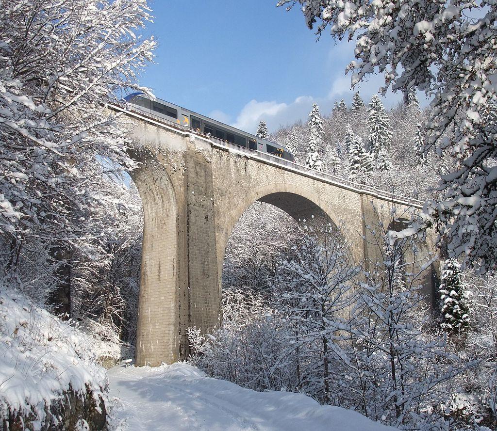 Passage D Un Train Sur Le Viaduc Du Saillard Apres Une Chute De Neige Morez Jura France Bourgogne Territoire De Belfort Saone Et Loire