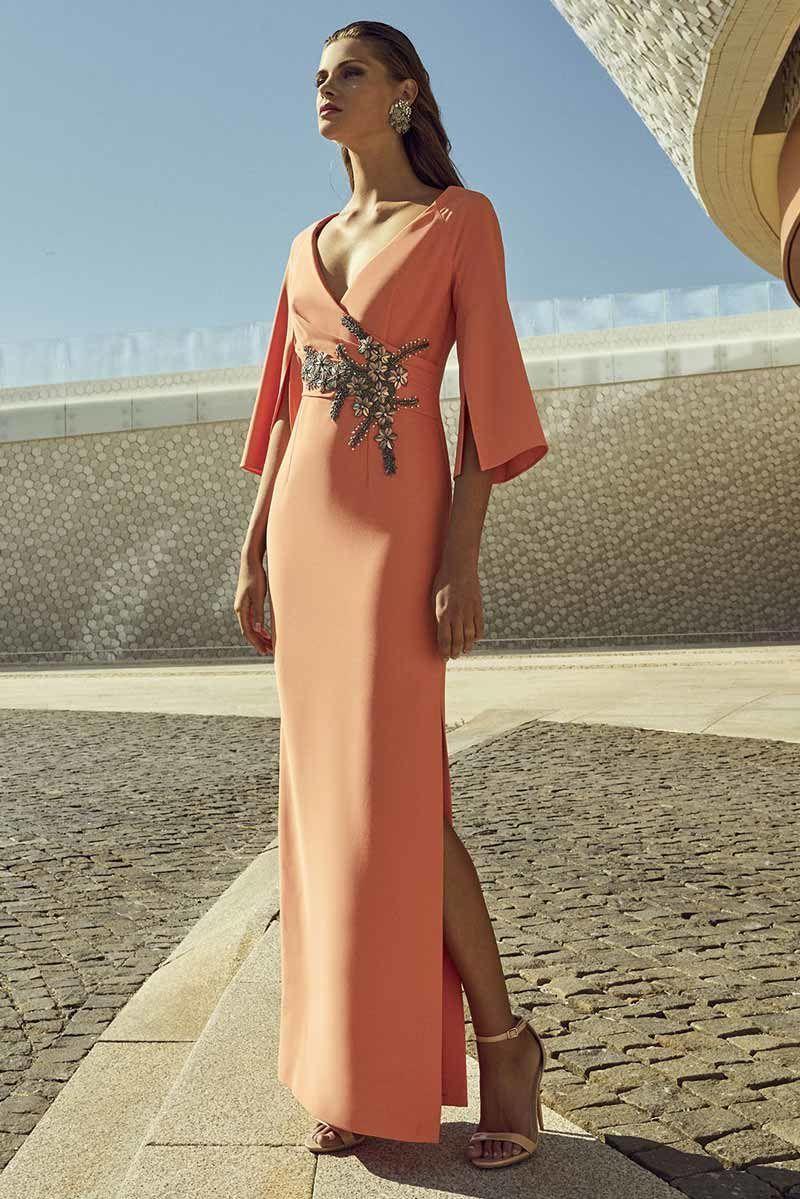 691d98e4d Vestido largo para madrina o invitada a una boda. Con un estilo sofisticado  con manga francesa y una bonita apertura y aplicación en la cintura.