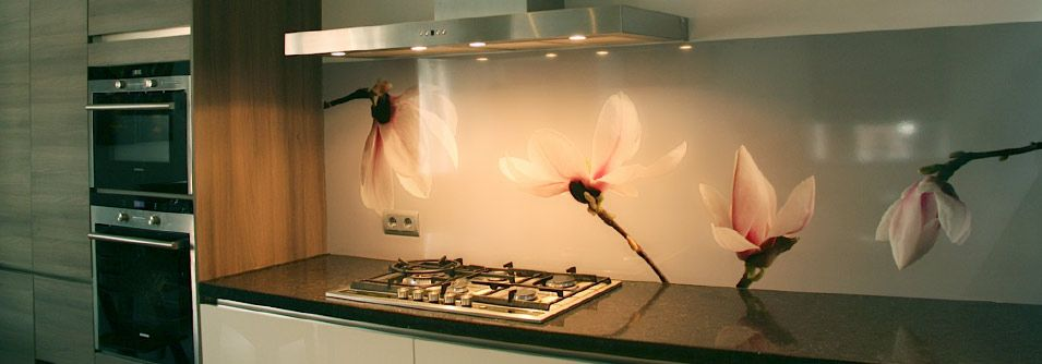 Magnolia op de keukenachterwand van familie Shah keuken - nischenplatten für küchen
