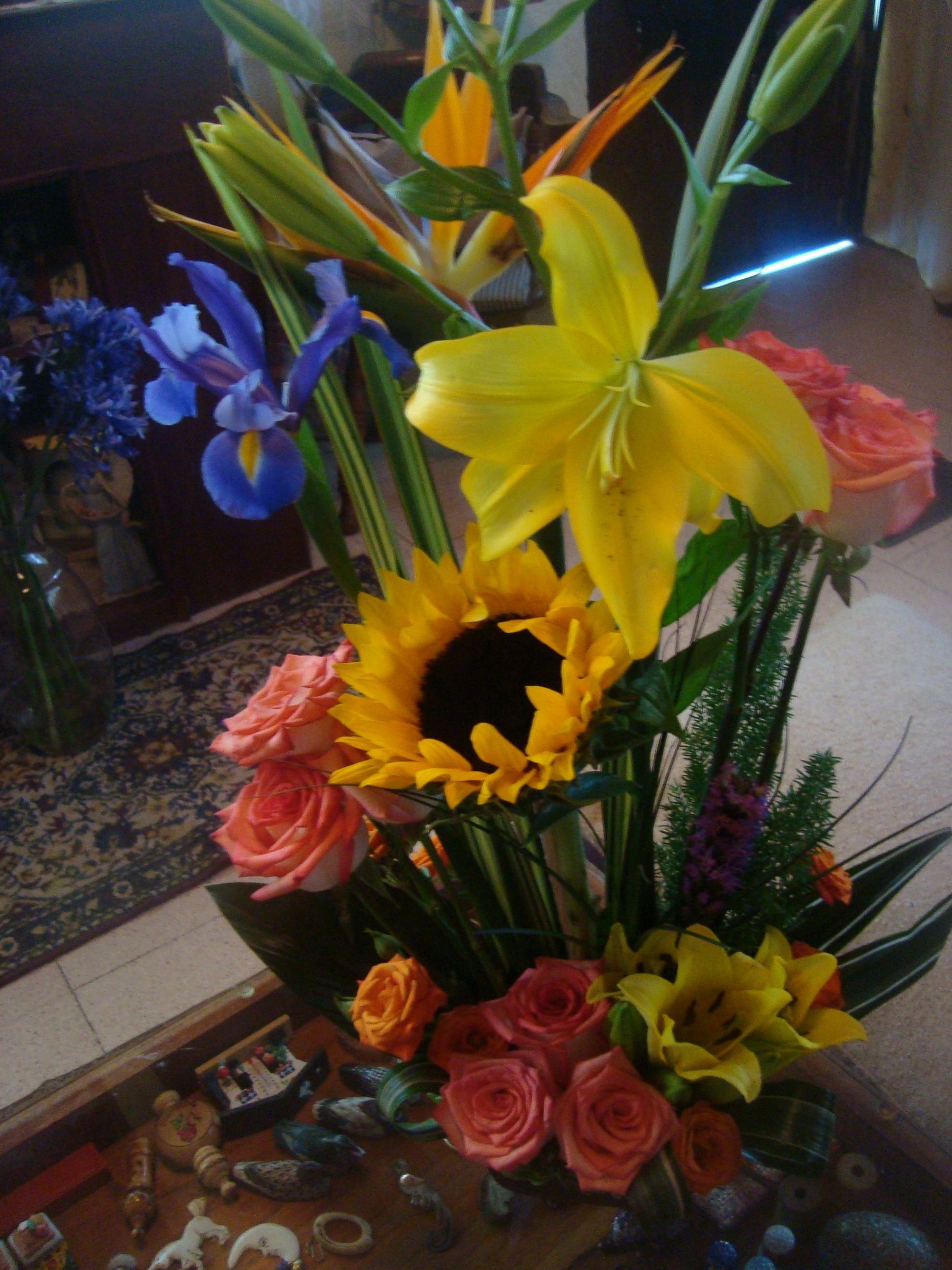 Arreglo Floral Lilis Azucenas Rosas Flores Del Paraíso Y