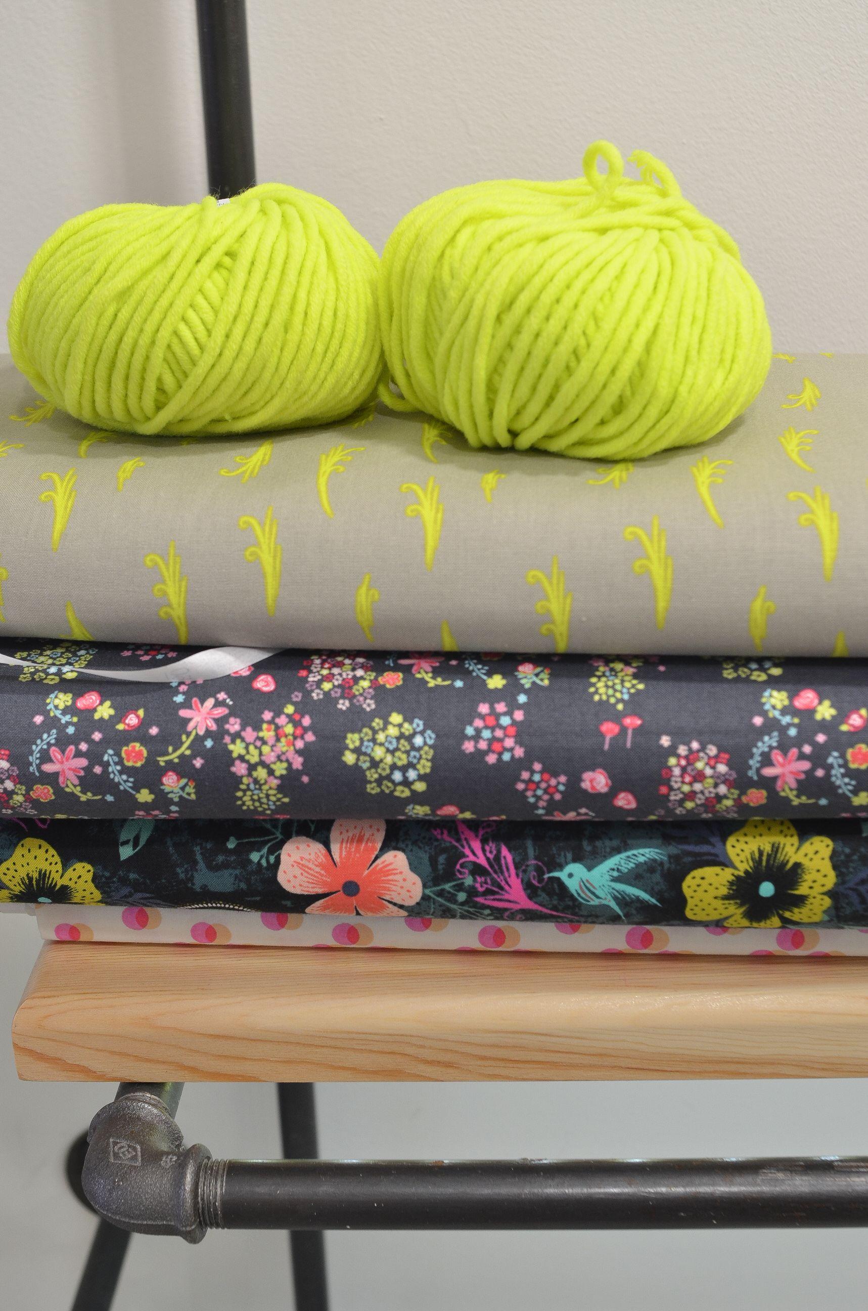 Tela estampada gris con dibujos en color amarillo flúo, genial para este invierno. Puedes comprar esta y otras telas originales en nuestra tienda online.