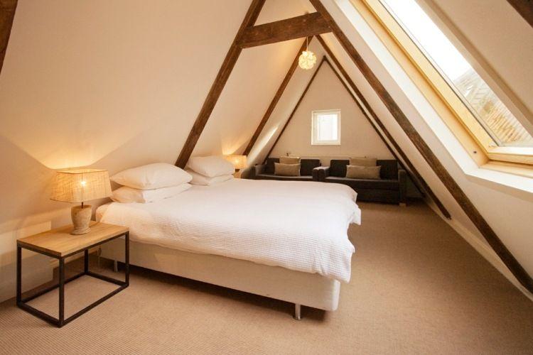 Schlichte Schlafzimmer Idee Bei Einem Spitzboden | Dachboden ... Schlafzimmer Dachboden Einrichten