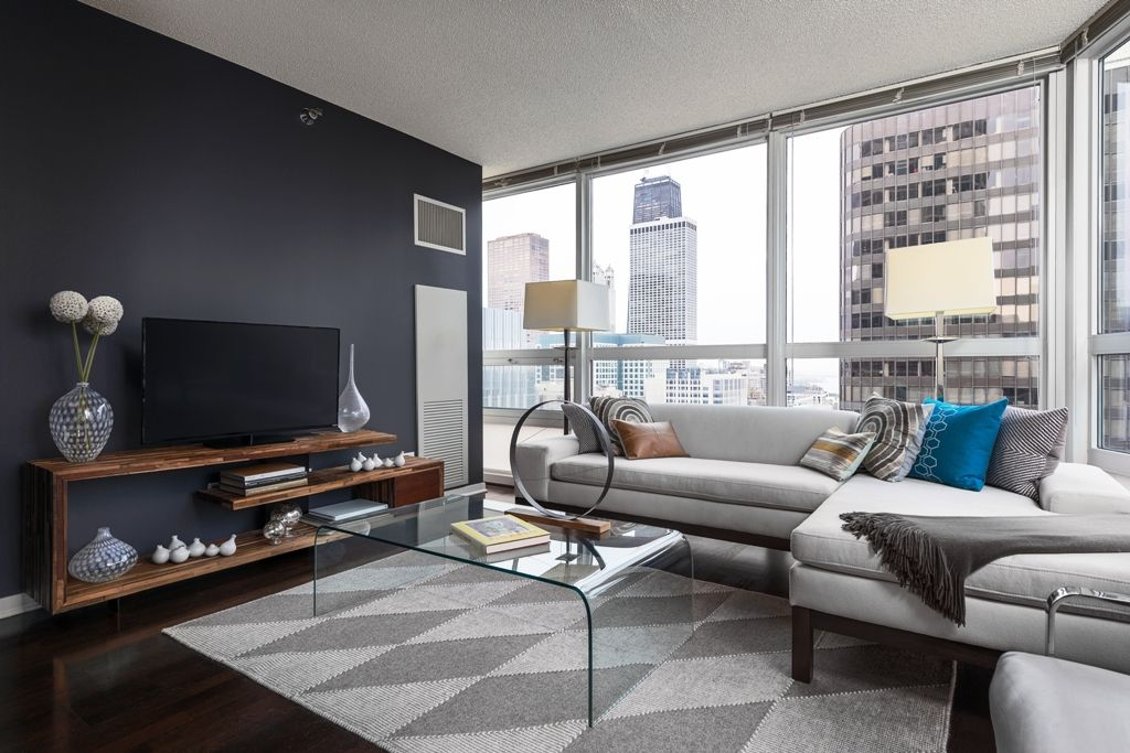 Modern living room in a high rise in Streeterville Chicago ...