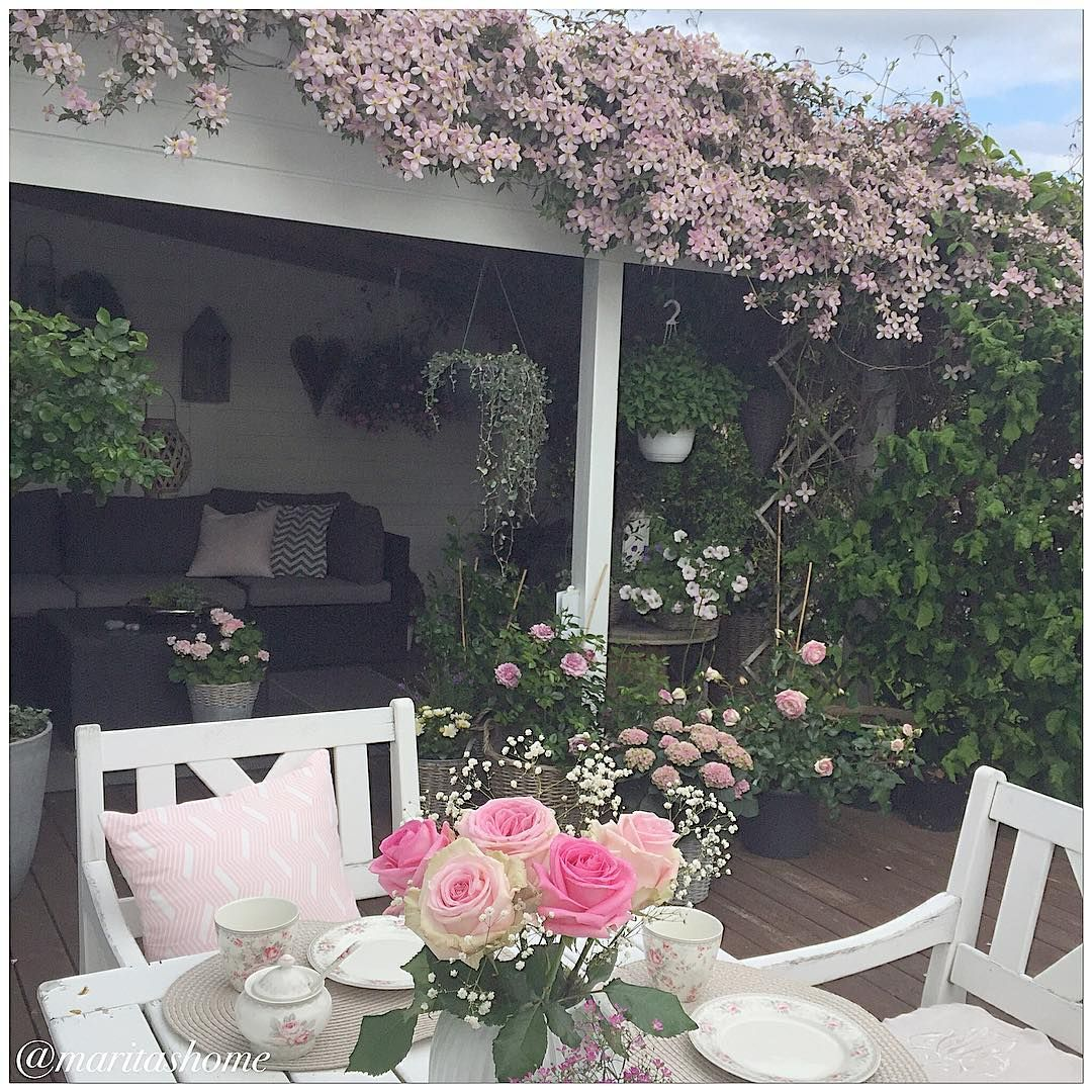 Klematisen min står nå i full blomst ~  ~ Å rosene jeg kjøpte i Krakow pynter opp på bordet ~  #myhome #mystyle #mynorwegianhome #passion4interior #hem_inspiration #flowers #dream_interiors #shabby_chichomes #shabbyyhomes #shabbyhomes #interior123 #interior9508 #interiorforinspo #interior_and_living #interior125 #mestergrønnblomster #mestergrønn #minoaseno #minhage #gardenlife #gardenlovers ~  ~  ~  ~  ~  ~  ~