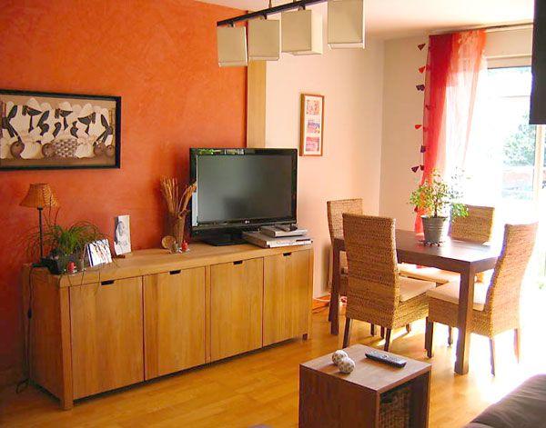 Mur saumon prune et apr s chaise en osier pan de for Mur cuisine prune