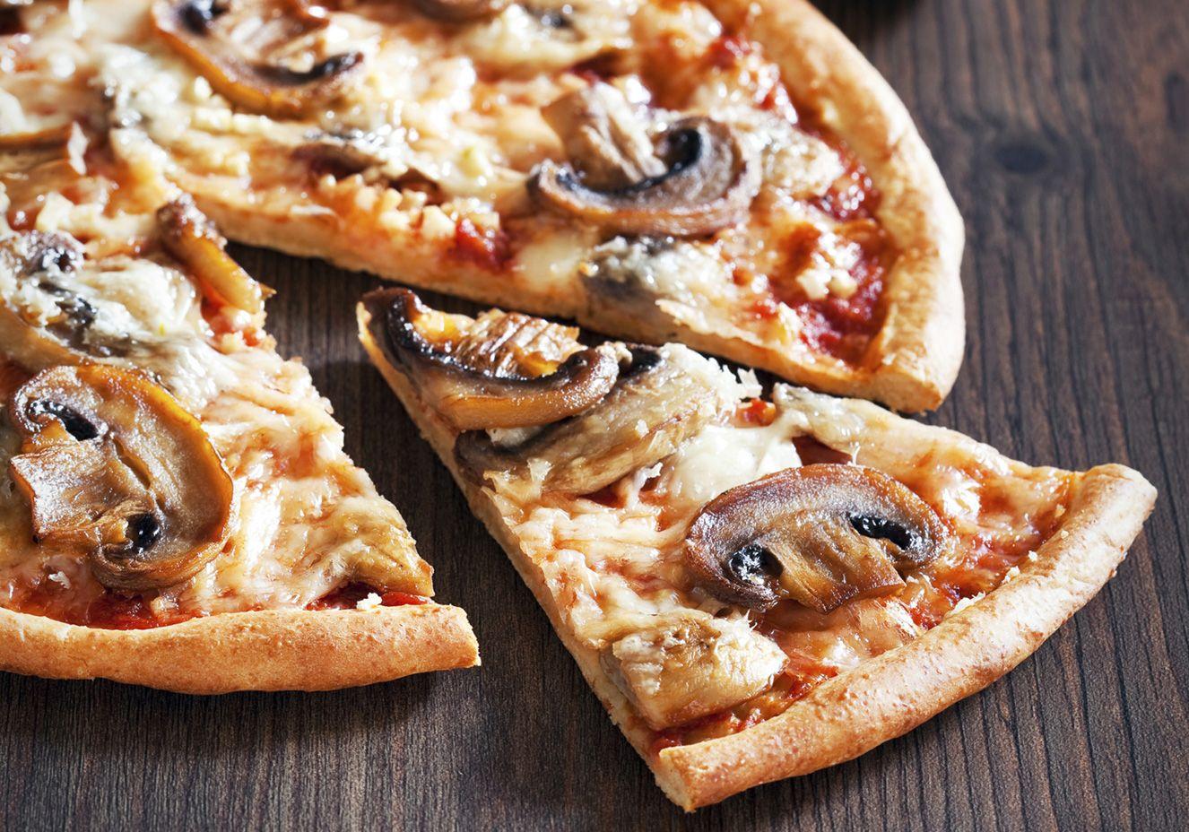 Pizza três queijos com champignon