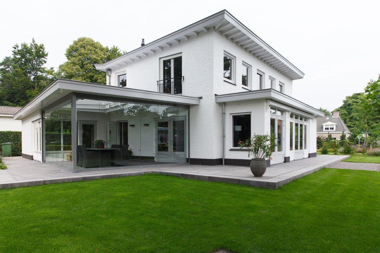 Wit huis aangelegde tuin moderne tuin gras traptreden