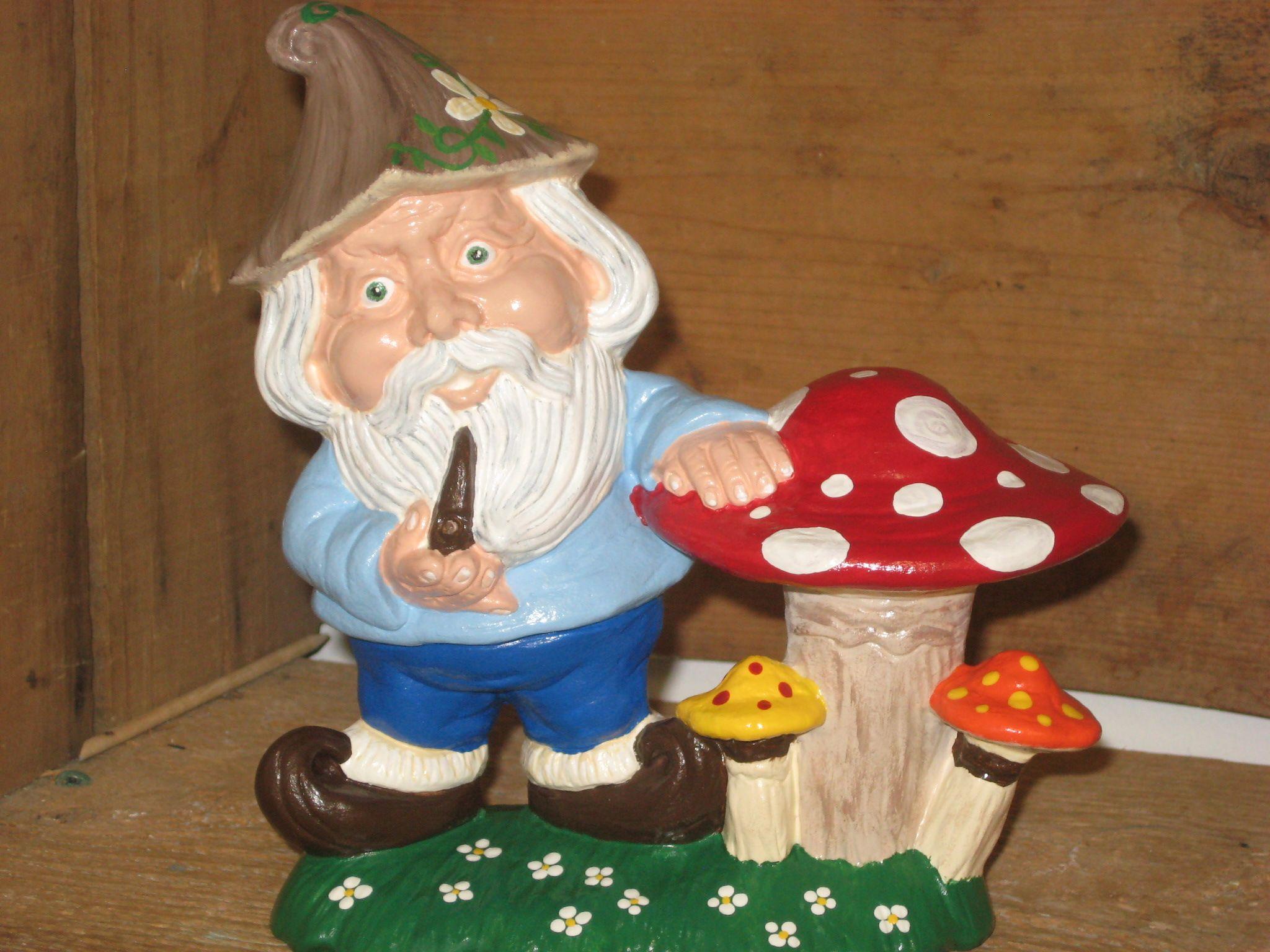 peinture acrylique sur céramique. nain de jardin. Peint à l ...