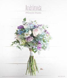 Ramo de novia campestre en tonos azules y malvas