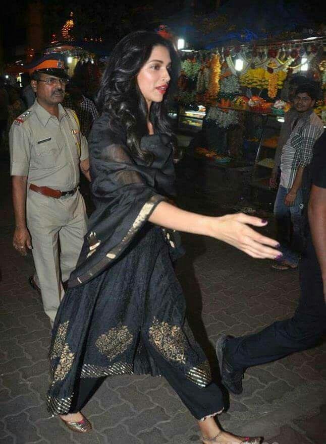 Bollywood actress Deepika padukone in black | Bollywood ...