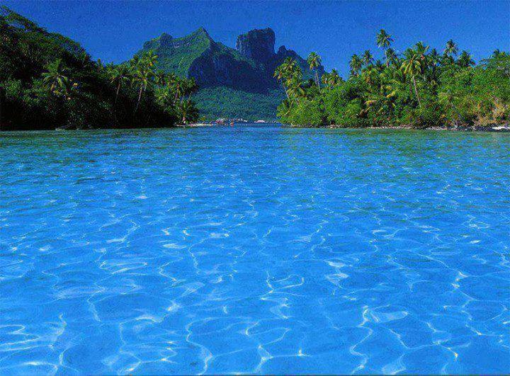 Bora Bora é uma ilha do grupo das Ilhas de Sotavento do arquipélago de Sociedade na Polinésia Francesa, um território ultramarino francês localizado no Oceano Pacífico.