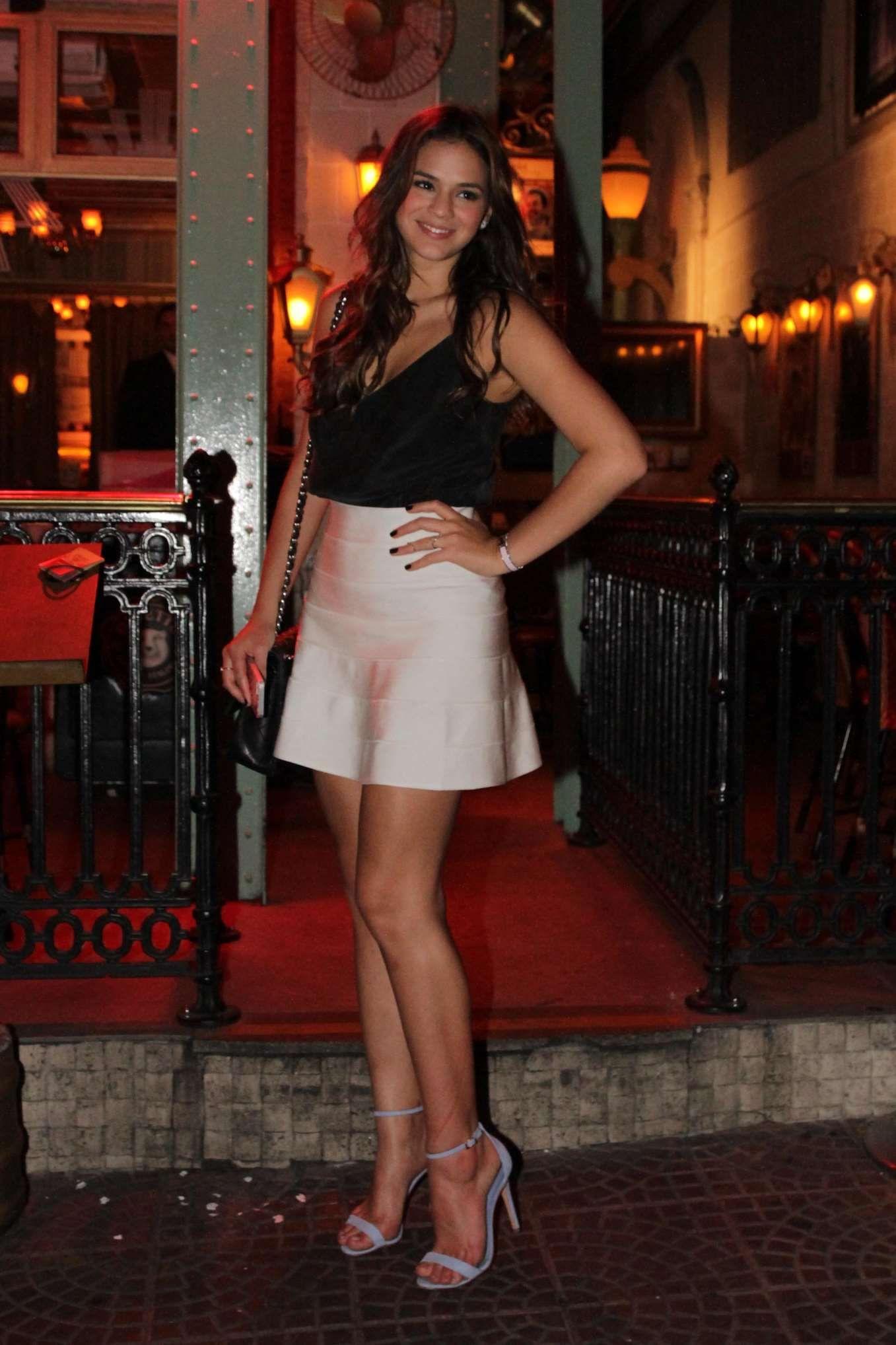 Bruna Marquezine usa look preto e branco para jantar com amigos em São Paulo 4ee89d77d7