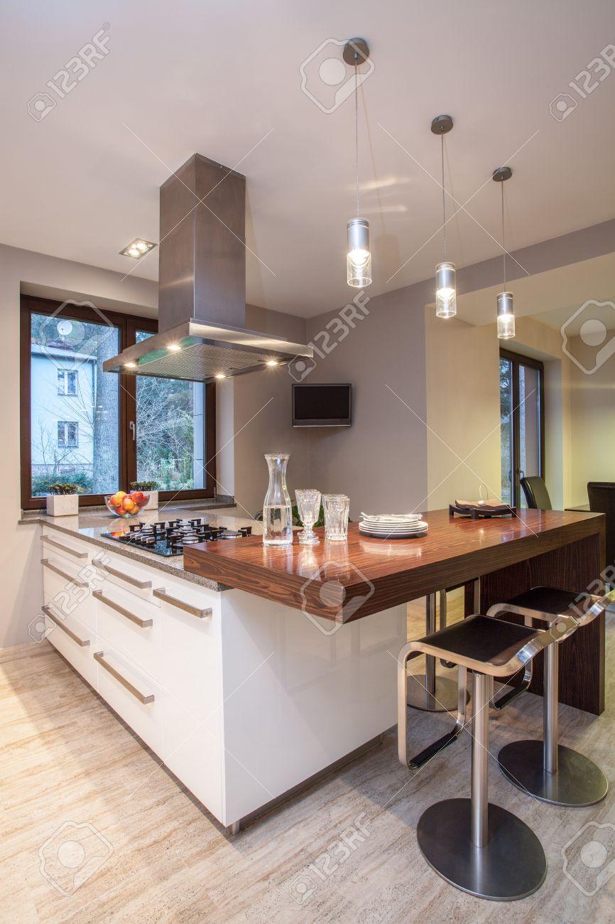 Travertin Haus - Helle Küche Mit Weißen Schränken Lizenzfreie Fotos ...
