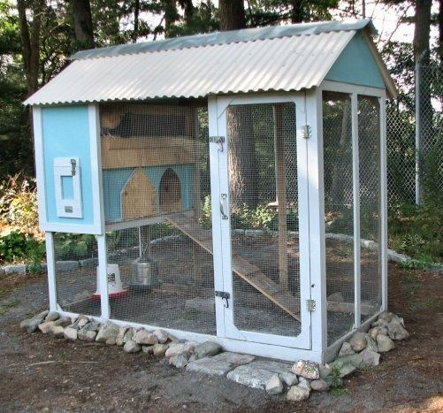 Nice Design - Easy to Enter too! Could be painted to be creative or to match your house. #BackyardChickens www.FreeHenHousePlans.weebly.com