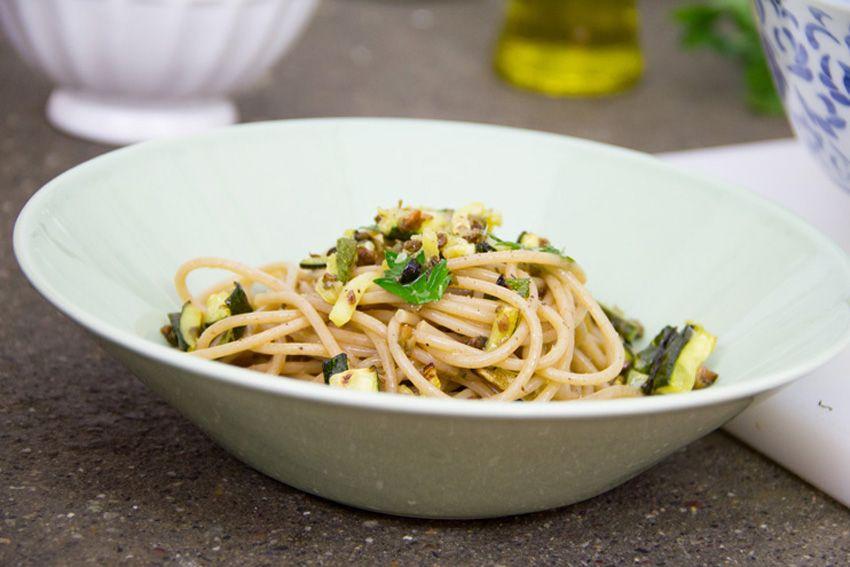 Spaghetti integrali con zucchine al forno. Perfetta nelle serate estive dal gusto mediterraneo