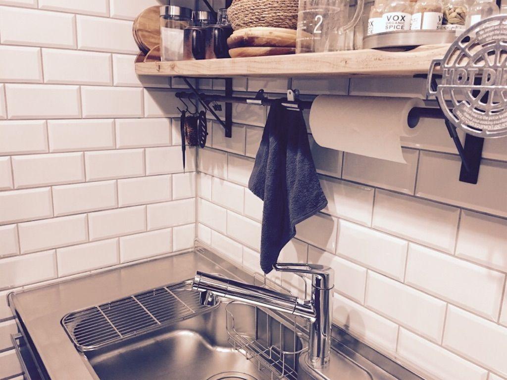収納 吊り戸棚もカップボードも必要なし 壁付けキッチンをスッキリ見せるコツ5つ 壁付けキッチン キッチン 吊り戸棚