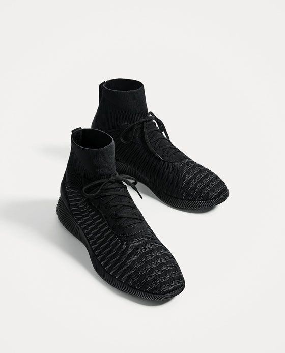 LIGHTWEIGHT BLACK SOCK-STYLE SNEAKERS