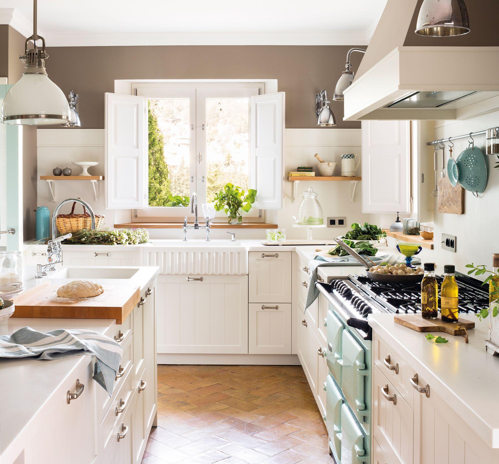 Cocina vintage con muebles blancos, pared piedra y detalles en verde ...