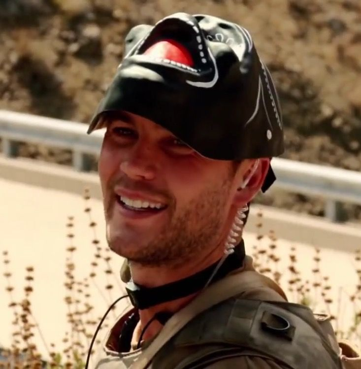 Kitsch in Savages- really nice smile | Taylor kitsch ...
