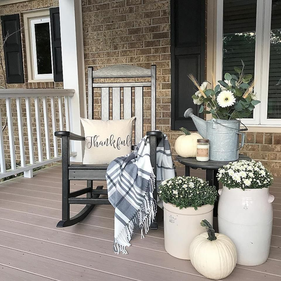 44 Beautiful Farmhouse Front Porch Decorating Ideas #fallfrontporchdecor