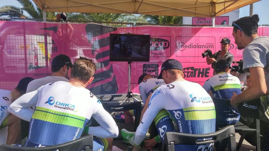 Giro d'Italia @giroditalia .@ORICA_GreenEDGE is waiting! L'attesa della @ORICA_GreenEDGE! #giro pic.twitter.com/RpIsedlreC