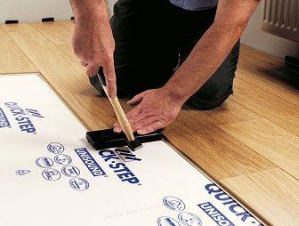 niemals mit dem hammer direkt auf den laminatboden schlagen immer ein zwischenstck verwenden - Hartholz Oder Laminatboden