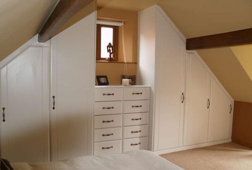 встроенные шкафы под мансарду фото периметру