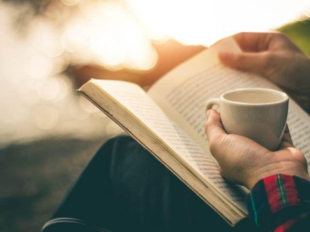 En el siguiente artículo encontrarás 5 estrategias para aprender cómo leer más rápido de lo que lees actualmente. Una habilidad que agilizará tu aprendizaje y te hará disfrutar más de la lectura.    Hace poco más de