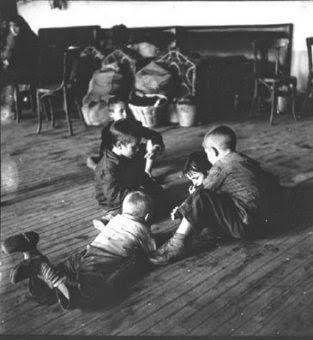 Niños Jugando En Un Local Del Comité De Refugiados De Alcázar De Cervantes Alcázar De San Juan Foto De Kat Fotos Niños Niños Y Eventos Culturales