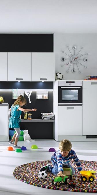 Richtig toll kommen dunkle Nischenrückwände zur weißen Küche ...