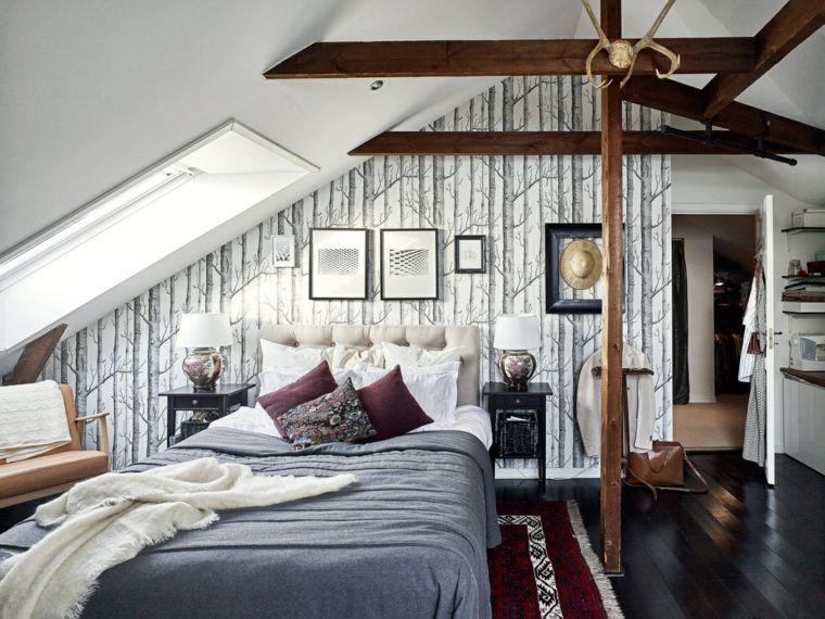 Camera da letto in mansarda bassa, letto con testata, travi di legno ...