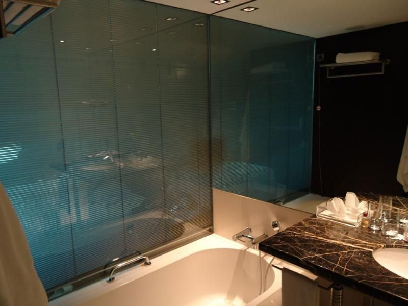 Jaloezie Voor Badkamer : Badkamer in deze badkamer zitten de jaloezieën tussen het glas