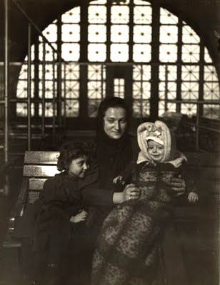 Lewis Wickes Hine - Mona Lisa visits Ellis Island, Italian immigrant mother with child, 1905
