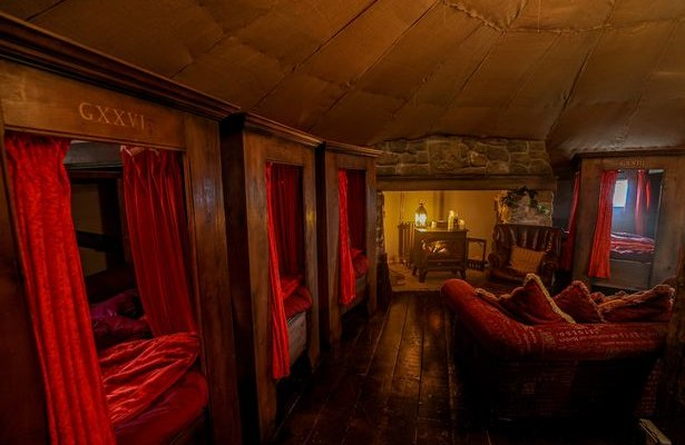 You Can Stay In This Gryffindor Themed Harry Potter Cottage Inside The Magic Hogwarts Room Gryffindor Common Room Hogwarts Bedroom