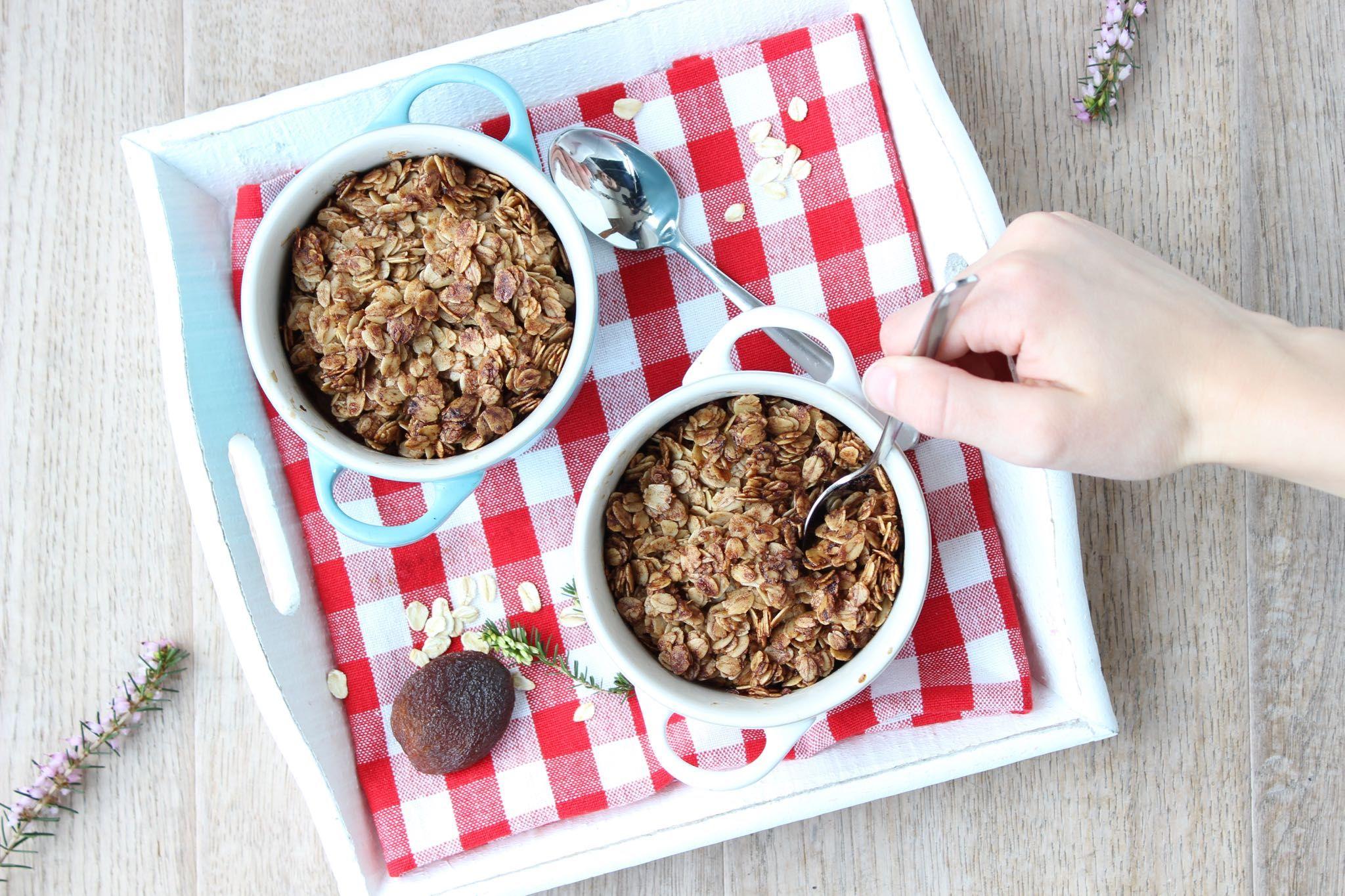 Recept voor baked oats met appel en abrikoos, een lekker gezond en warm ontbijt uit de oven met havermout op www.eethetbeter.nl!