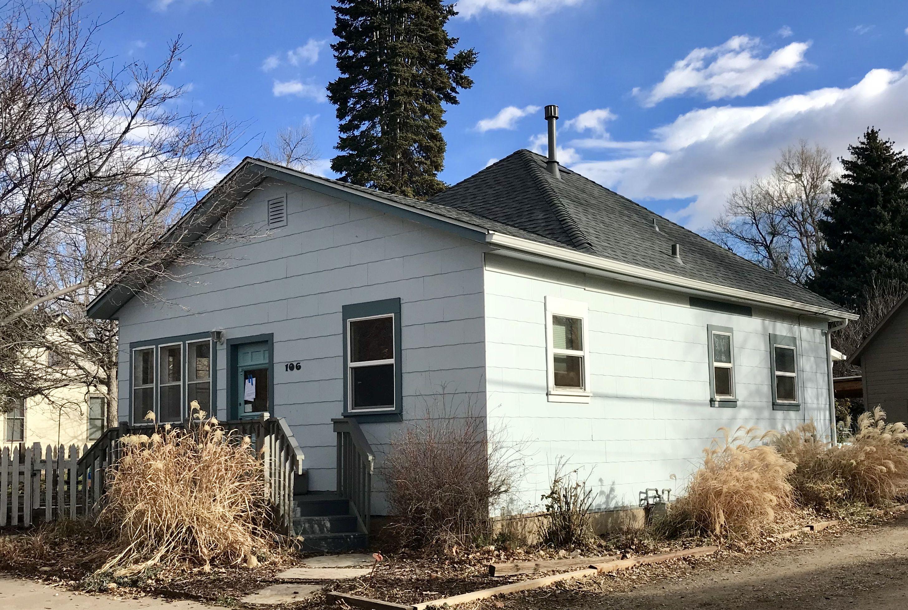 This Neat Older Home In Fort Collins Was Re Roofed With Pewter Gray Shingles From The Gaf Timberline Hd Line Of Shingles With Images Shingle Colors Roof Old Houses