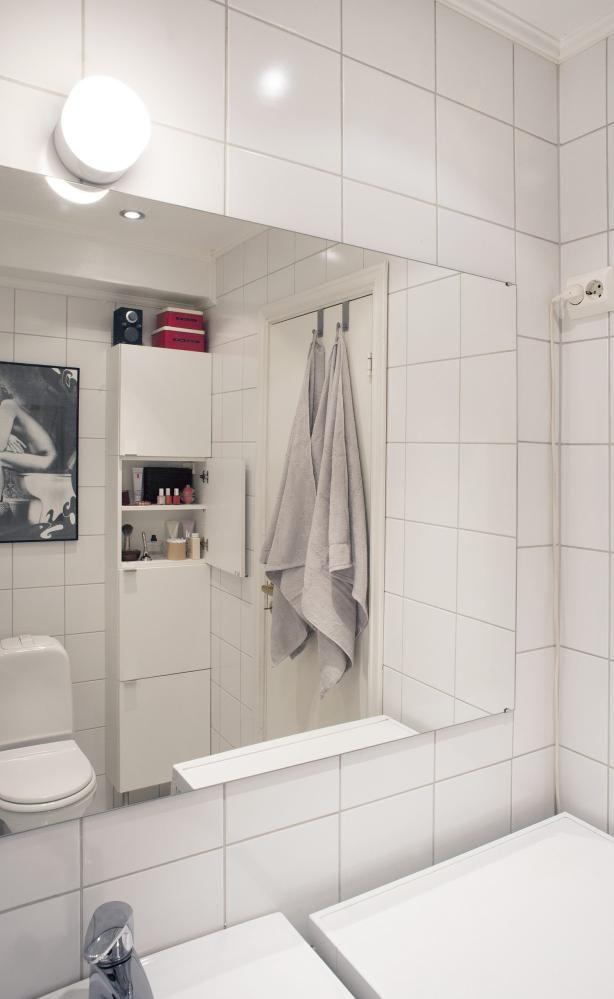 LITE BAD: Et hvitt, nøytralt bad føles rent og svalt. Skoskap fra Ikea fungerer som oppbevaring.