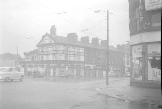 mæntʃɛstər  Minshull Arms, Manchester  1960s      Downing Street      Probably 1959  Fonte: Flickr / chethams_library
