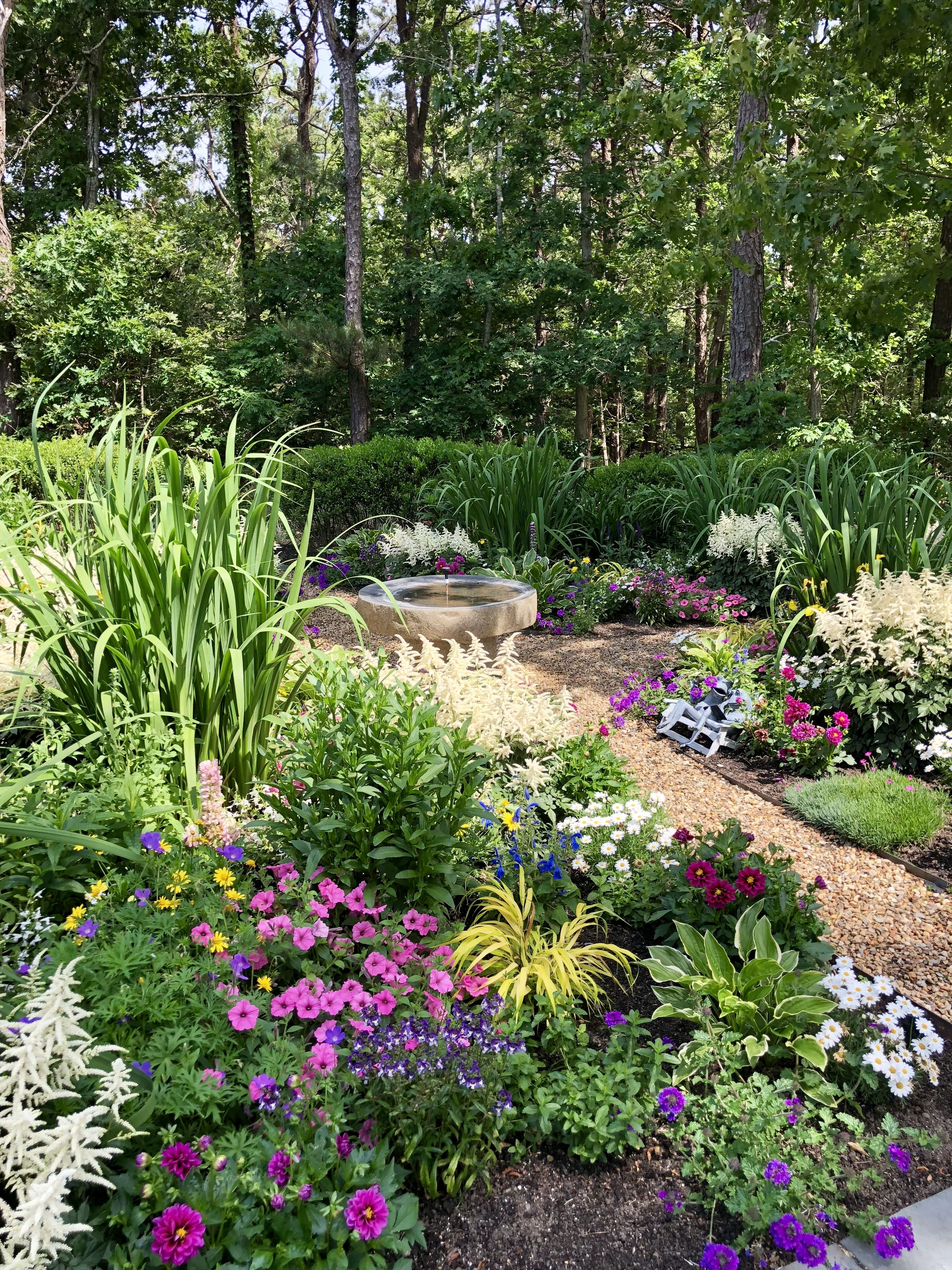 A modern, less rigid parterre-knot garden without the ...