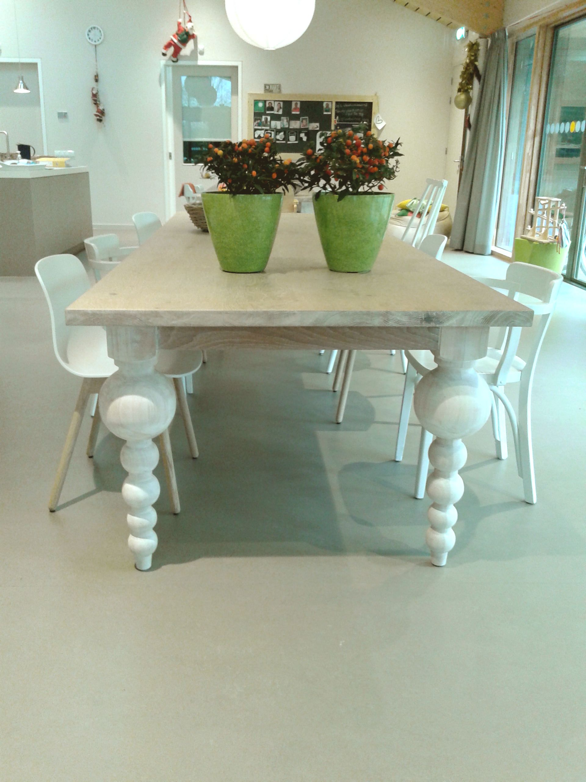 Eiken White Wash Eettafel.Massief Eiken Tafel Met Speelse Bolpoten Behandeld Met Een