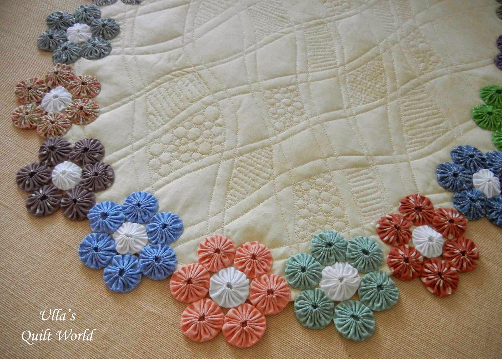 Ulla's Quilt World: YoYo table cloth quilt