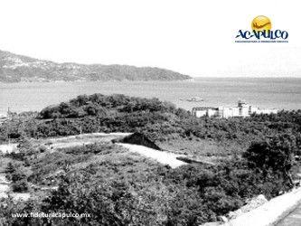 #acapulcoeneltiempo La construcción del fraccionamiento Hornos Insurgentes en Acapulco. ACAPULCO EN EL TIEMPO. En la década de los años 50, se comenzó la construcción del fraccionamiento Hornos Insurgentes en el puerto de Acapulco y en ese entonces, la zona lucía llena de vegetación y muy solitaria. Para obtener más información, te invitamos a visitar la página oficial de Fidetur Acapulco.